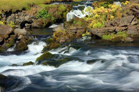 flowing river: R�o que fluye r�pido, Islandia.