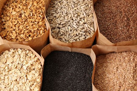 Granos enteros, avena, lino, amapola, wheatgerm, granola, semillas de girasol. Foto de archivo