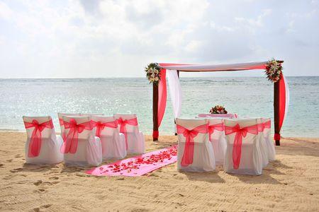 ガゼボ、チェア、ロマンチックなビーチ結婚式を設定します。