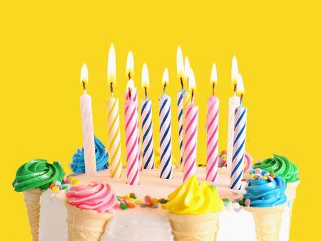 Torta de cumpleaños con velas. Centrarse en el medio velas. Foto de archivo - 4392062