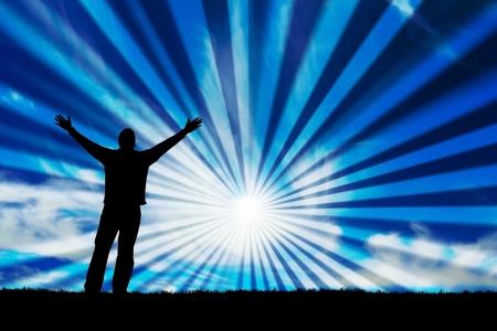 oneness: Sagoma di uomo con le braccia aperte verso il cielo. Archivio Fotografico