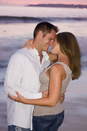 besos apasionados: Beautiful Pareja al atardecer en la playa. Foto de archivo