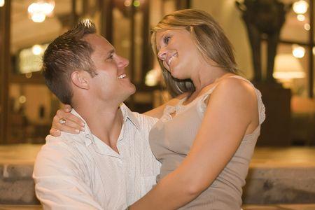 honeymooners: Pareja joven hermosa que abarca.