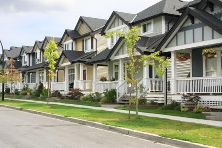 Vriendelijke buurt van woningen.