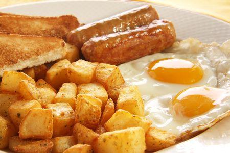 hash browns: Colazione di uova, salsicce, toast e hash browns. Disponibile anche con pancetta.