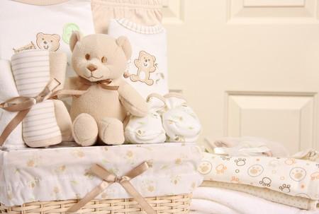 giftbasket: Baby cadeau mandje waaronder een teddy beer, dwarsliggers, dekens en booties. Ook beschikbaar in verticaal.
