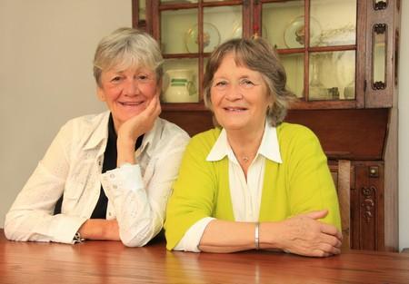 mujeres sentadas: Dos damas felices en los a�os setenta. Mejores amigos durante los a�os sesenta.