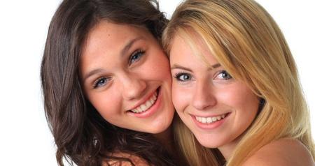 かわいい 10 代の女の子の親友、笑みを浮かべて、ハグします。 写真素材