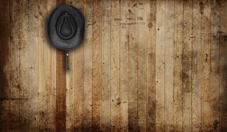 cappello cowboy: Cappello da cowboy, contro un vecchio sfondo fienile.  Archivio Fotografico