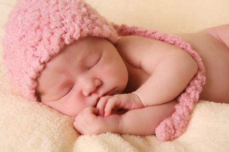 신생아 아기 소녀 핑크 니트 요정 모자를 입고.