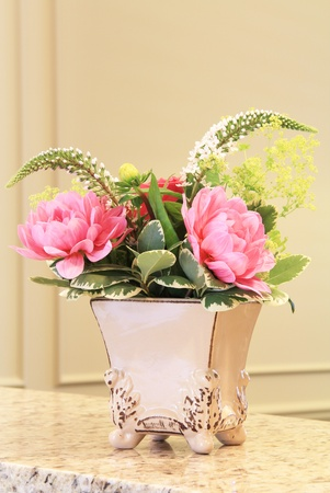Classic floral arrangement in an elegant vase. Imagens - 10109731