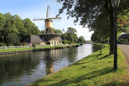 Schilderachtige windmolen langs het kanaal in de buurt van Weesp, Holland. Stockfoto
