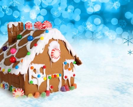 casita de dulces: Pan de la Casa sobre un fondo de nieve festivo de Navidad.