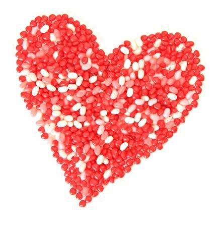 frijoles rojos: Aislado corazón de San Valentín hecha de dulces.