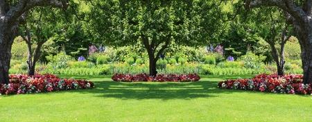 여름에 아름답게 다듬어 진 공원 정원.