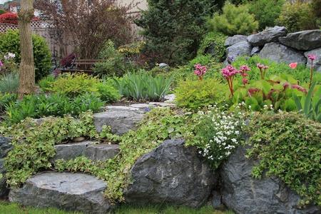 Schöne gepflastert Steingehweg in einem Frühlingsgarten