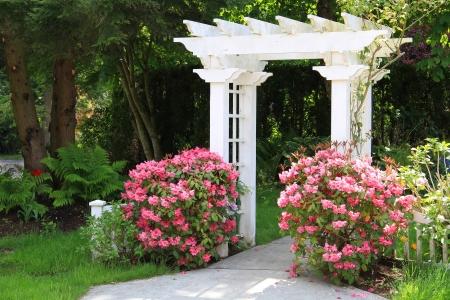 Mooie tuin prieel met roze bloemen Ook verkrijgbaar in verticale Stockfoto
