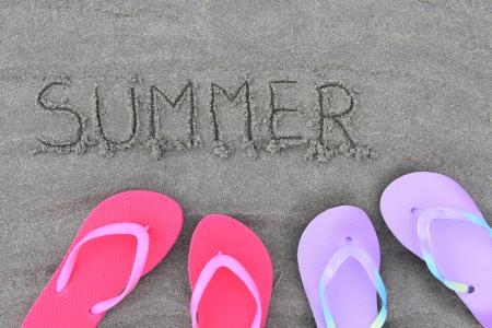 sandalias: Flip flop de verano en la playa