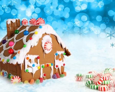 casita de dulces: Casa de pan de jengibre en un fondo festivo navideño nieve