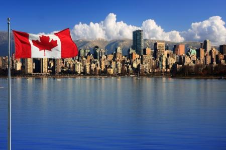 Kanadská vlajka v přední části krásného města Vancouver, Kanada