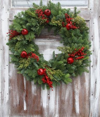 slingers: Kerst krans op een rustieke houten voordeur