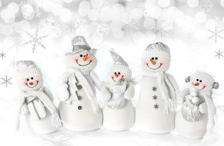 bonhomme de neige: Version famille de bonhomme de neige de No�l sur un fond de neige