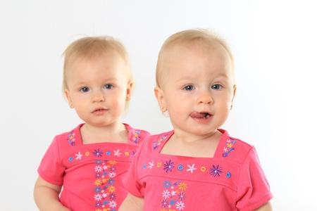 niñas gemelas: Un año de edad twin chica Enfoque a la chica delante
