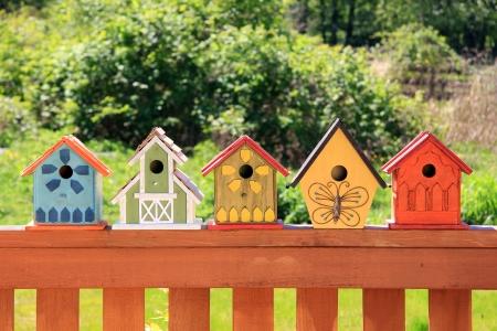 カラフルな木製の巣箱のコレクション