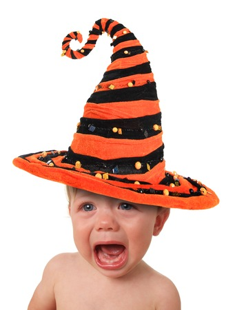 Crying beb�, vestido con un sombrero de bruja de Halloween. photo