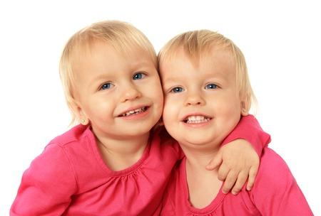 ni�as gemelas: Cute dos a�os de edad, las ni�as gemelas id�nticas abrazos