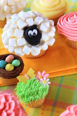 pasen schaap: Pasen cupcakes en paaseieren scherm Stockfoto