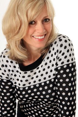 vrouw blond: Glimlachende blonde vrouw 49 jaar, studio op wit wordt geïsoleerd