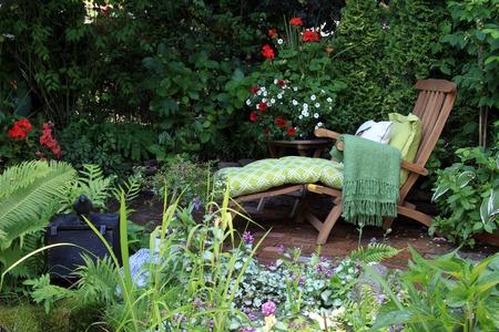 Comfortabele lounge stoel in een kleine privé tuin ook