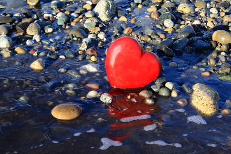 el coraz�n de san valent�n: Rojo coraz�n de San Valent�n en la playa
