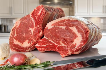 costilla: Primer asado de costilla de carne cruda en la cocina. Foto de archivo