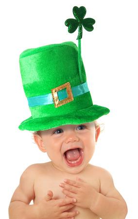 niño sin camisa: Bebé divertido día de San Patricio que llevaba un sombrero verde con un trébol.