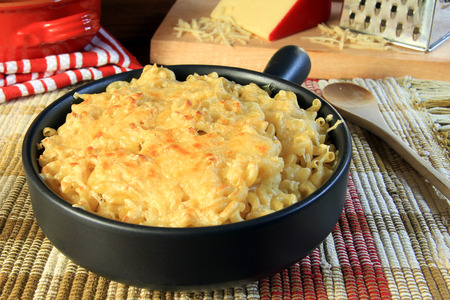 macarrones: Home made macarrones con queso.