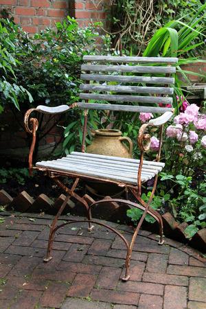 silla de madera: Rústico resistido silla de jardín de madera. Foto de archivo