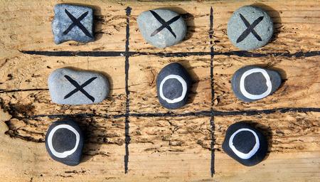 Tic tac のつま先のゲーム ドリフトの木と屋外の庭遊びの岩から作られました。 写真素材