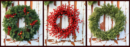 coronas de navidad: Tres coronas de Navidad del árbol de hoja perenne y las bayas del acebo rojos contra una puerta de madera de la vendimia. También disponible individualmente en alta resolución.