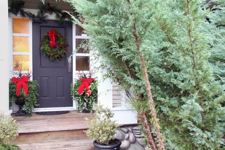 moños de navidad: Puerta principal con una corona de Navidad y arcos. También disponible en vertical.