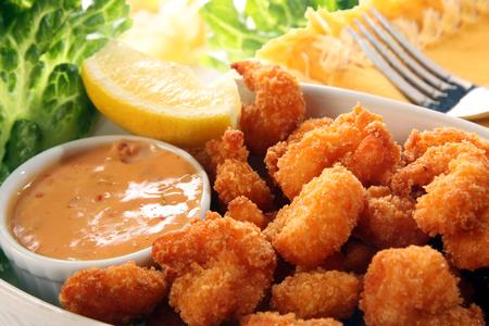 gamba: Los camarones con coco frito sur con salsa de cóctel Foto de archivo