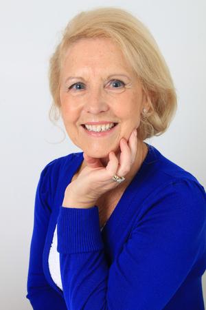 mujeres ancianas: Retrato de una bella anciana setenta por año, con hermosa sonrisa brillante. tiro del estudio, aislado en blanco.
