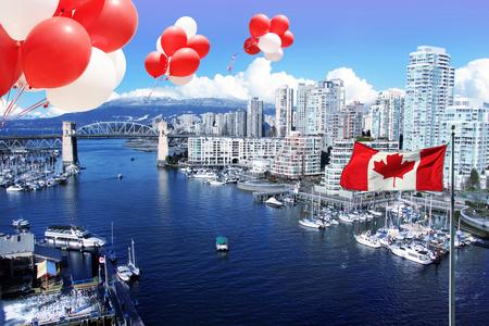 カナダ日 7 月 1 日カナダ国旗と偽の入り江、バンクーバー、カナダのバラード ・ ストリート橋の正面の風船。