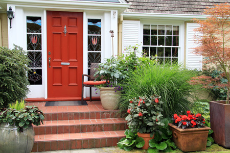 Pretty front door and landscaped front garden. Photo taken from the public sidewalk. Standard-Bild