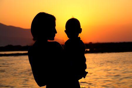 madre soltera: la madre y el beb� silueta  Foto de archivo
