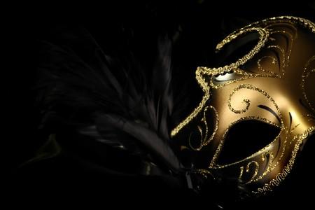 mascara de teatro: m�scara de carnaval decorado en negro de seda de fondo Foto de archivo