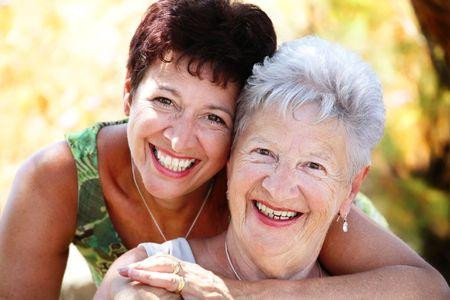 mama e hija: Close-up retrato de una madre y la hija mayor hermosa sonriendo a la c�mara