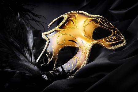 mascara de carnaval: M�scara de Carnaval sobre fondo negro de seda  Foto de archivo