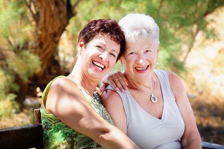 lachendes gesicht: Beautiful senior Mutter und Tochter  Lizenzfreie Bilder
